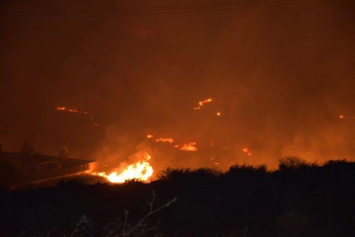 Μετά την 6ωρη μάχη οι πυροσβέστες περιόρισαν τη φωτιά στη Σύρο (BINTEO)