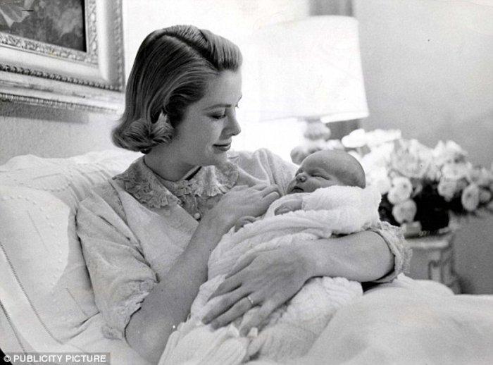 Ο Αλβέρτος στην αγκαλιά της μητέρας του