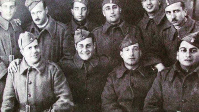 Ο Λάμπρος Κωνσταντάρας δεύτερος στην κάτω σειρά της φωτογραφίας