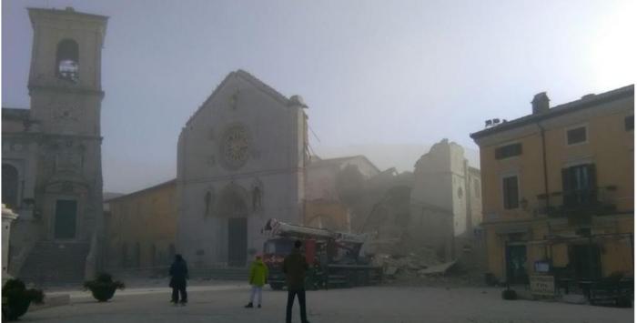 Δεκάδες κτίρια κατέρρευσαν από τα 6,6 Ρίχτερ στην Ιταλία [ΕΙΚΟΝΕΣ-ΒΙΝΤΕΟ] - εικόνα 2