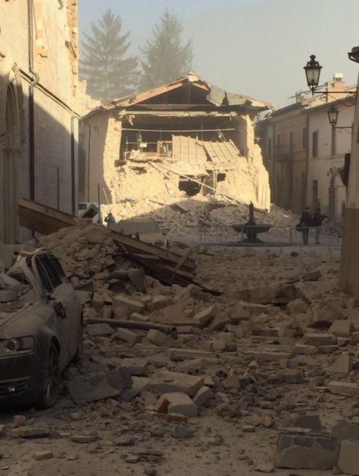 Δεκάδες κτίρια κατέρρευσαν από τα 6,6 Ρίχτερ στην Ιταλία [ΕΙΚΟΝΕΣ-ΒΙΝΤΕΟ]