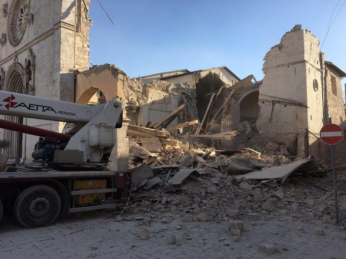 Δεκάδες κτίρια κατέρρευσαν από τα 6,6 Ρίχτερ στην Ιταλία [ΕΙΚΟΝΕΣ-ΒΙΝΤΕΟ] - εικόνα 5