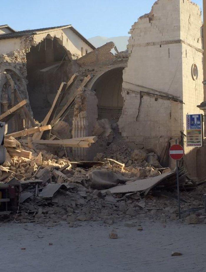 Δεκάδες κτίρια κατέρρευσαν από τα 6,6 Ρίχτερ στην Ιταλία [ΕΙΚΟΝΕΣ-ΒΙΝΤΕΟ] - εικόνα 6