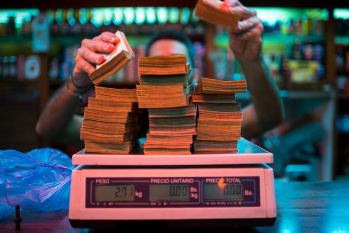 Bloomberg: Στη Βενεζουέλα ζυγίζουν πλέον τα χρήματα σε ζυγαριές