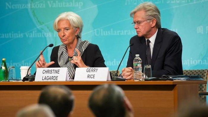 Η γενική διευθύντρια του ΔΝΤ Κριστίν Λαγκάρντ μαζί με τον εκπρόσωπο Τύπου του Ταμείου Τζέρι Ράις