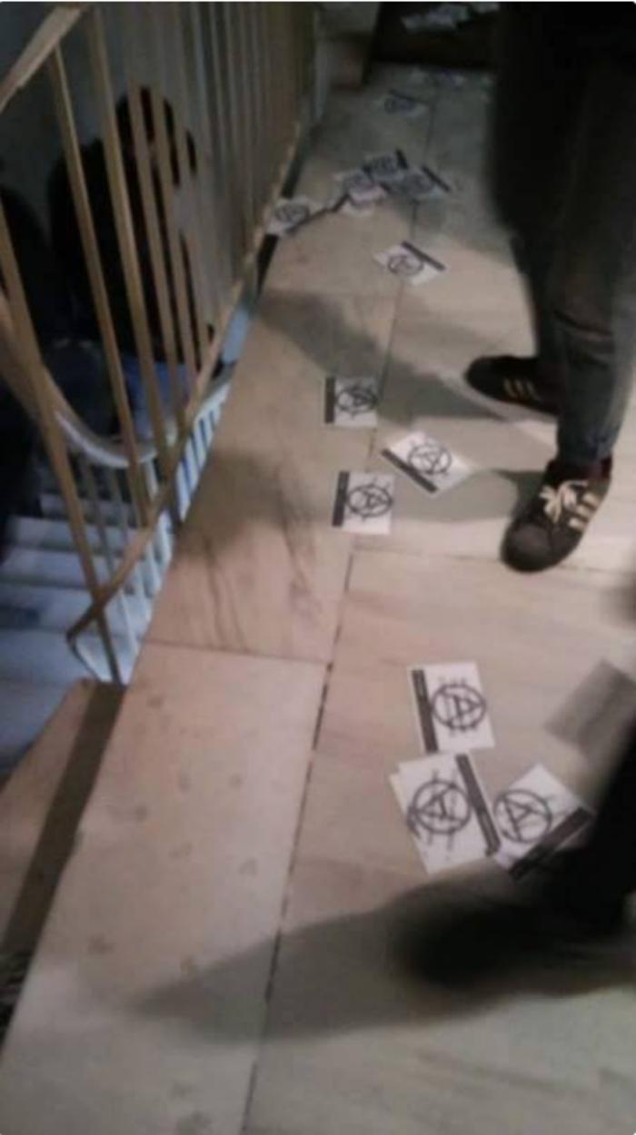 Συνθήματα έξω από το γραφείο της προέδρου συμβολαιογράφων στη Θεσσαλονίκη - εικόνα 3