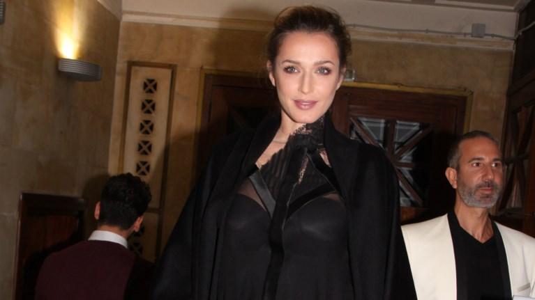 i-solo-emfanisi-tis-poluteknis-mamas-katias-zugouli-me-total-black-outfit