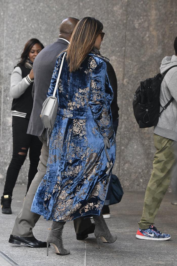 Η Αλεσάντρα Αμπρόζιο έκανε μια συγκλονιστική streetstyle εμφάνιση - εικόνα 5