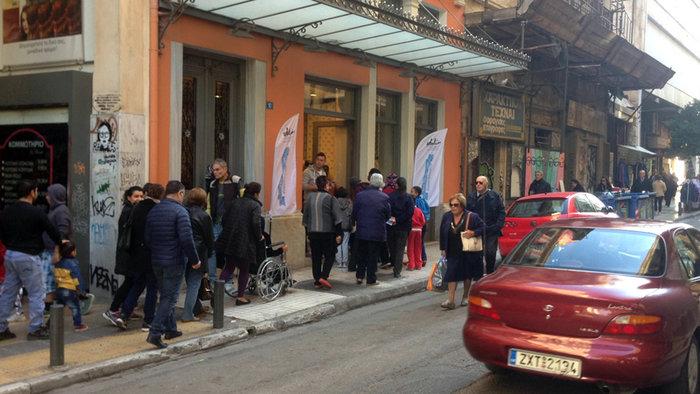 Ατέλειωτες ουρές για 4 δωρεάν γκοφρέτες στο κέντρο της Αθήνας