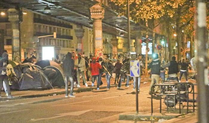 Χάος στο Παρίσι: Συγκρούσεις μεταναστών με ρόπαλα & μαχαίρια (ΒΙΝΤΕΟ) - εικόνα 2