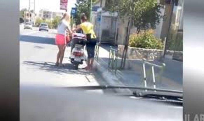 Επικό βίντεο:Κοπέλα προσπαθεί να βάλει μπρος το μηχανάκι της με το σταντ! - εικόνα 2