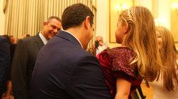 o-tsipras-agkalia-me-tin-kori-tou-kammenou-sto-proedriko