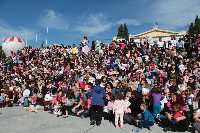 Δημόσιος θηλασμός με εκατοντάδες μητέρες στο Ζάππειο -φωτό- - εικόνα 2