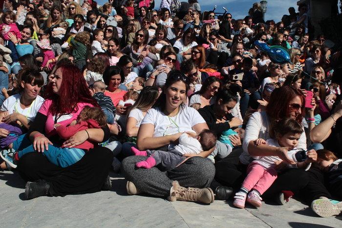 Δημόσιος θηλασμός με εκατοντάδες μητέρες στο Ζάππειο -φωτό- - εικόνα 3