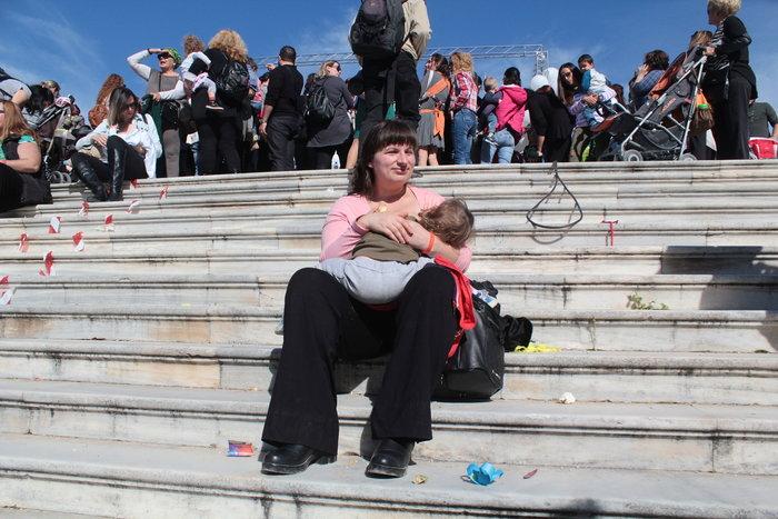 Δημόσιος θηλασμός με εκατοντάδες μητέρες στο Ζάππειο -φωτό- - εικόνα 4