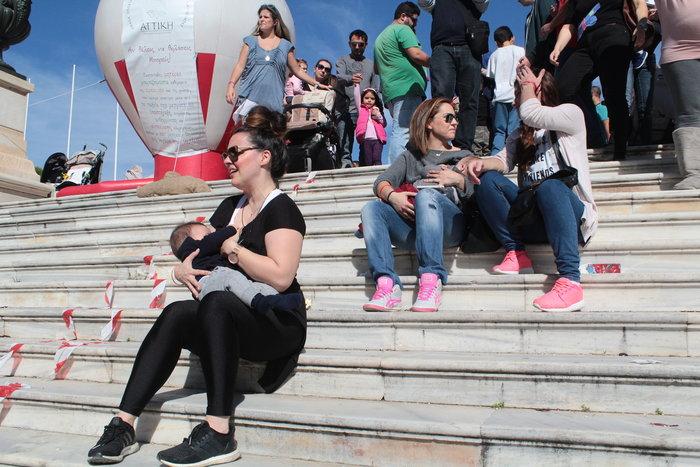 Δημόσιος θηλασμός με εκατοντάδες μητέρες στο Ζάππειο -φωτό- - εικόνα 6