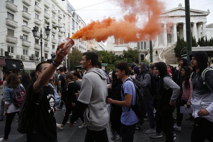 Νερατζοπόλεμος, μολότοφ & χημικά στο εκπαιδευτικό συλλαλητήριο - εικόνα 7