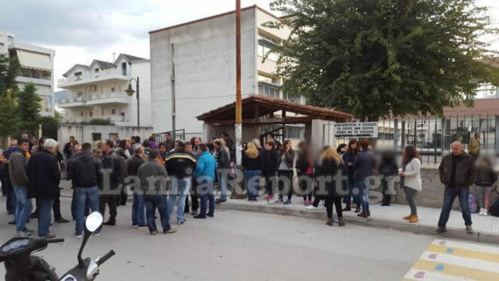 Λαμία: Συγκέντρωση έξω από σχολείο ενάντια στη φοίτηση προσφυγόπουλων - εικόνα 2