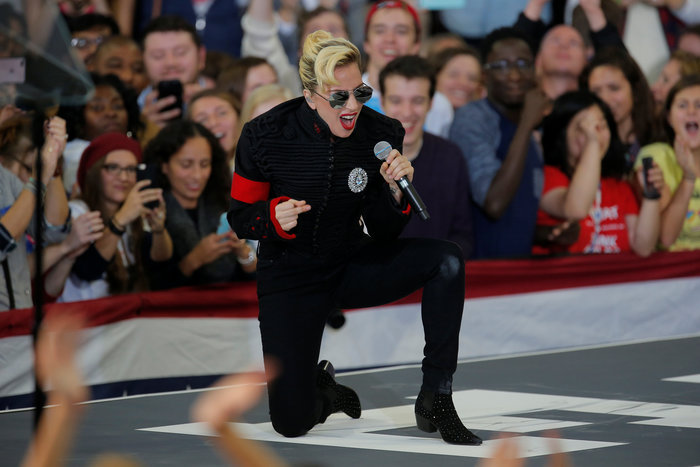 Mε Lady Gaga & Bon Jovi  η Χίλαρι στη Βόρεια Καρολίνα