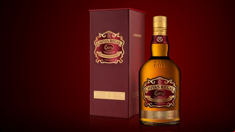 chivas-regal-extra-to-extra-stin-poluteleia-kai-tin-apolausi
