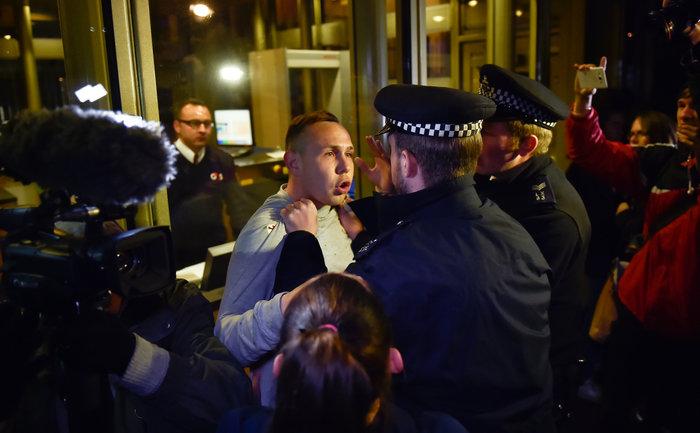 Λονδίνο: Ενταση στην πρεσβεία των ΗΠΑ από διαδηλωτές και ακροδεξιούς - εικόνα 7