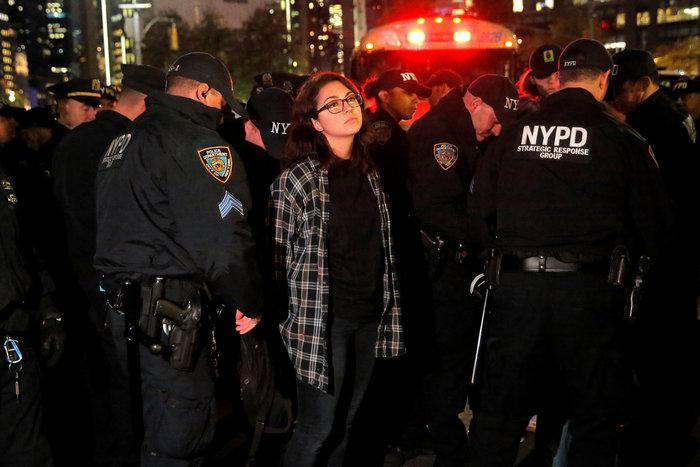 Μαζικές διαδηλώσεις στις ΗΠΑ: «Ο Τραμπ δεν είναι πρόεδρός μας» - εικόνα 2