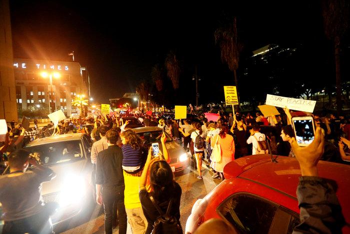 Μαζικές διαδηλώσεις στις ΗΠΑ: «Ο Τραμπ δεν είναι πρόεδρός μας» - εικόνα 4