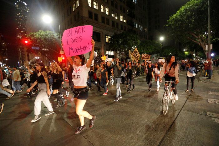 Μαζικές διαδηλώσεις στις ΗΠΑ: «Ο Τραμπ δεν είναι πρόεδρός μας» - εικόνα 9