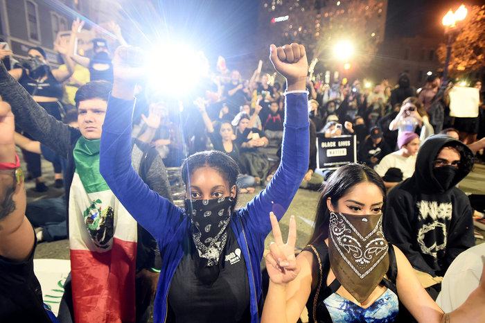 Μαζικές διαδηλώσεις στις ΗΠΑ: «Ο Τραμπ δεν είναι πρόεδρός μας» - εικόνα 15