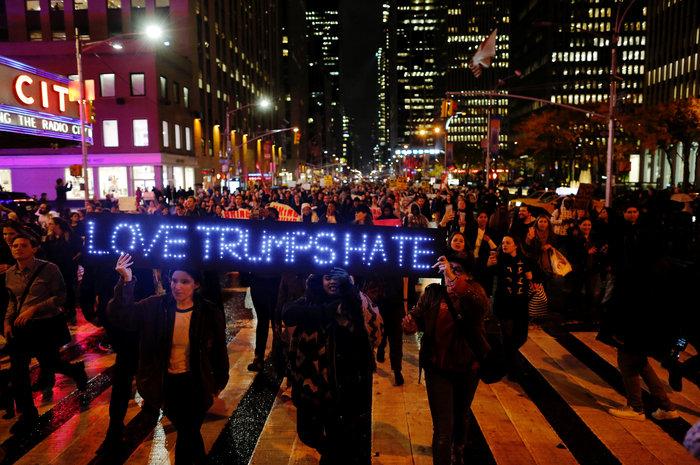 Μαζικές διαδηλώσεις στις ΗΠΑ: «Ο Τραμπ δεν είναι πρόεδρός μας» - εικόνα 5
