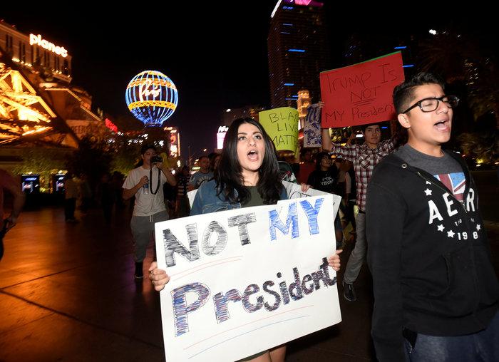 Μαζικές διαδηλώσεις στις ΗΠΑ: «Ο Τραμπ δεν είναι πρόεδρός μας» - εικόνα 12