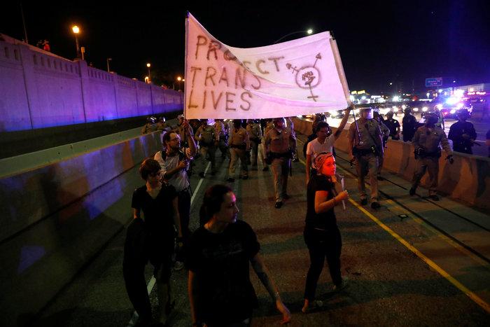 Μαζικές διαδηλώσεις στις ΗΠΑ: «Ο Τραμπ δεν είναι πρόεδρός μας» - εικόνα 18