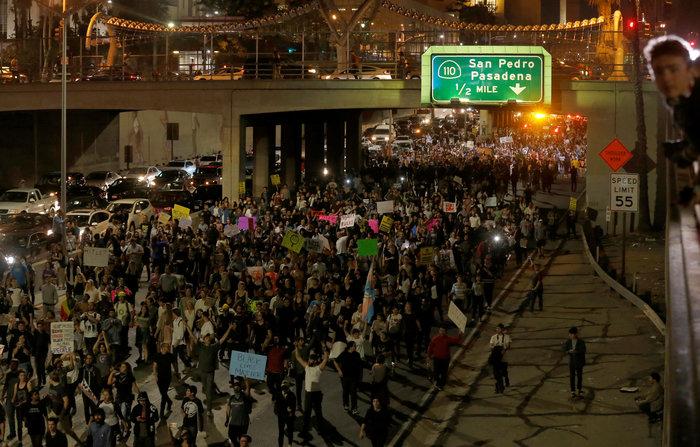 Μαζικές διαδηλώσεις στις ΗΠΑ: «Ο Τραμπ δεν είναι πρόεδρός μας» - εικόνα 19