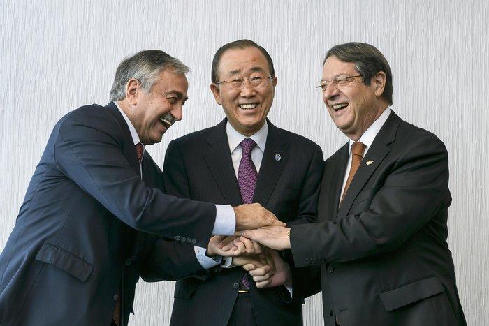 Ακιντζί, Αναστασιάδης και Μπαν Κι Μουν σε αναμνηστική φωτογραφία