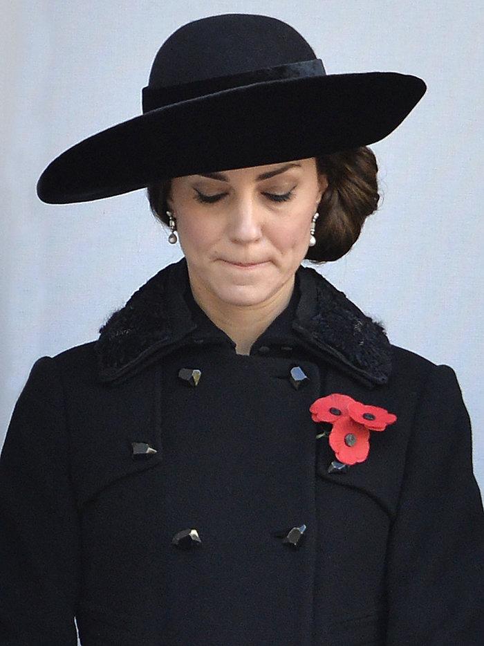 Θλιμμένη και ντυμένη στα μαύρα η Δούκισσα του Κέιμπριτζ [Εικόνες] - εικόνα 3
