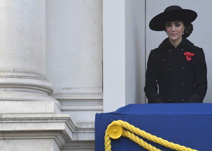 Θλιμμένη και ντυμένη στα μαύρα η Δούκισσα του Κέιμπριτζ [Εικόνες] - εικόνα 6