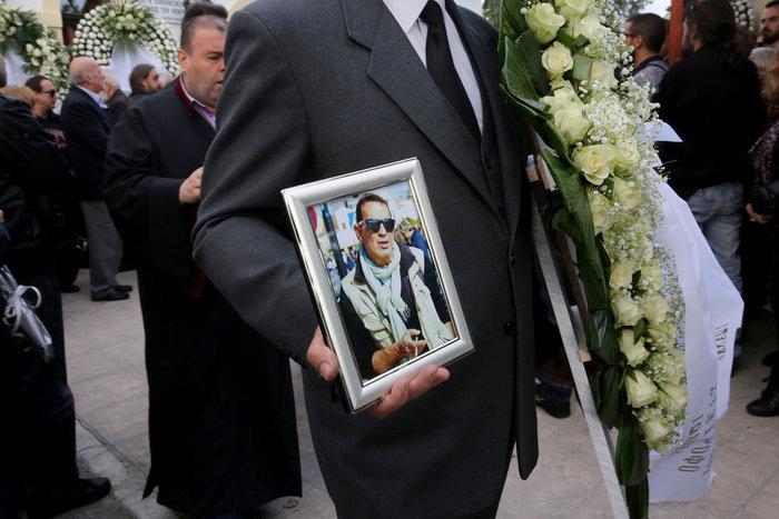 Οδύνη στο τελευταίο αντίο στον δημοσιογράφο Γιώργο Γεωργιάδη - εικόνα 5