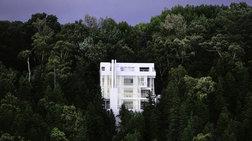 Ένα εντυπωσιακό, κατάλευκο, σπίτι στη μέση του δάσους