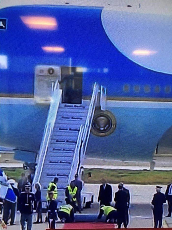 Η γκάφα στην υποδοχή Ομπάμα: Εστρωσαν λάθος το κόκκινο χαλί - εικόνα 4