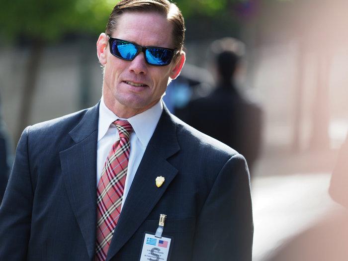 O σκληροτράχηλος bodyguard του Ομπάμα έξω από το Μαξίμου-φωτο