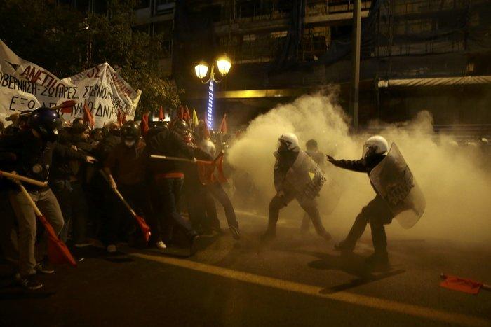 Μολότοφ, συλλήψεις, δακρυγόνα και οδοφράγματα  στο Πολυτεχνείο - εικόνα 8