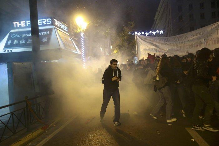 Μολότοφ, συλλήψεις, δακρυγόνα και οδοφράγματα  στο Πολυτεχνείο - εικόνα 9