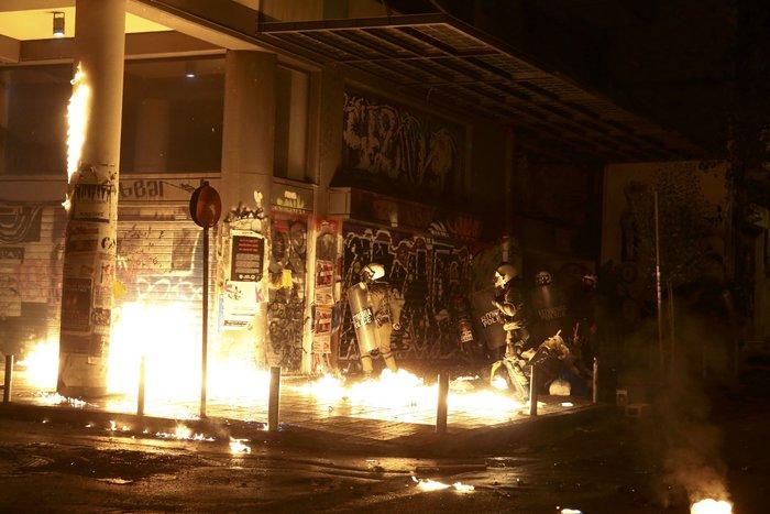 Μολότοφ, συλλήψεις, δακρυγόνα και οδοφράγματα  στο Πολυτεχνείο - εικόνα 6