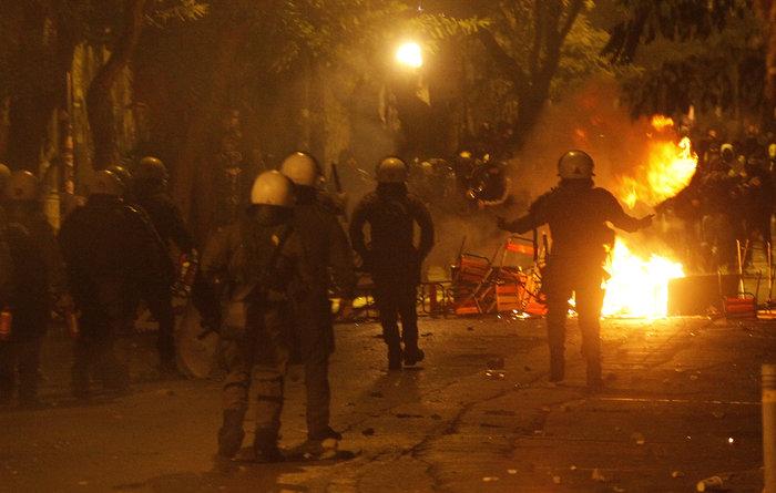 Μολότοφ, συλλήψεις, δακρυγόνα και οδοφράγματα  στο Πολυτεχνείο - εικόνα 2