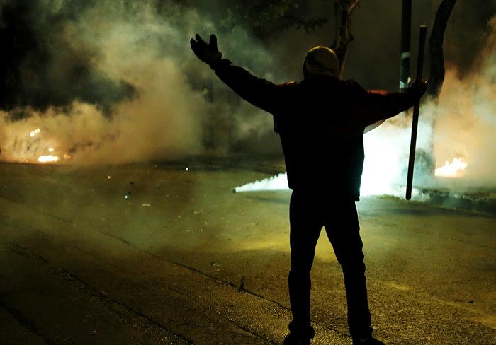Μολότοφ, συλλήψεις, δακρυγόνα και οδοφράγματα  στο Πολυτεχνείο - εικόνα 4
