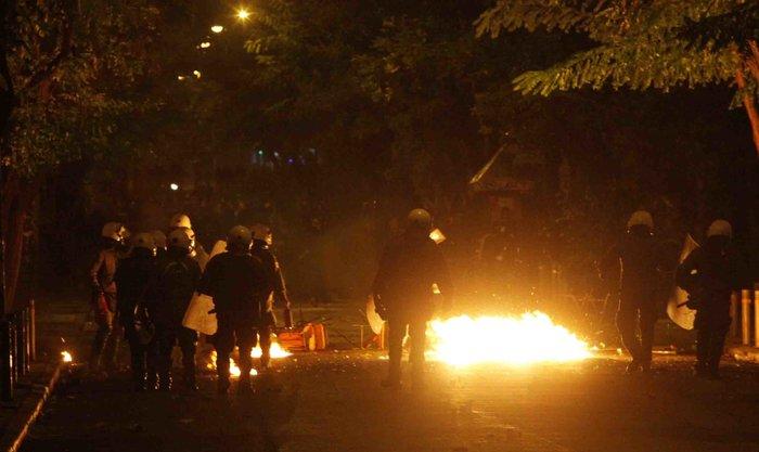 Μολότοφ, συλλήψεις, δακρυγόνα και οδοφράγματα  στο Πολυτεχνείο - εικόνα 5