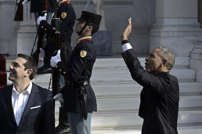 Χαιρετούσαν τον Ομπάμα από τα μπαλκόνια δίπλα στο Μαξίμου-Δείτε φωτο