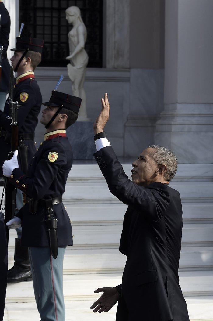 Χαιρετούσαν τον Ομπάμα από τα μπαλκόνια δίπλα στο Μαξίμου-Δείτε φωτο - εικόνα 3