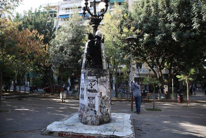 Εξάρχεια: Έκλεψαν κράνη & ασπίδες και τα ...στόλισαν σε άγαλμα