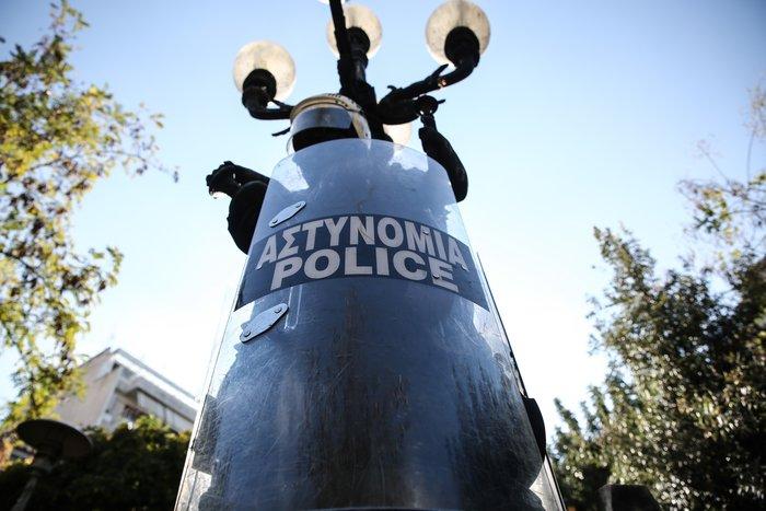 Εξάρχεια: Έκλεψαν κράνη & ασπίδες και τα ...στόλισαν σε άγαλμα - εικόνα 2